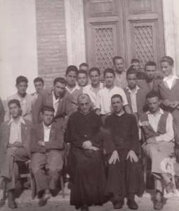 Don Carlo Capriotti a Sx, Don Vittorio Guidotti a Dx e i giovani dell'Azione Cattolica 1