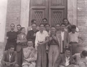 Don Carlo Capriotti a Sx, Don Vittorio Guidotti a Dx e i giovani dell'Azione Cattolica 2