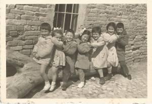 Pier Sante, Antonietta, Luciano, Sandra, Maria Ida, Maria Antonietta, Antonio, davanti al cortile del mulino di nonno Sante.