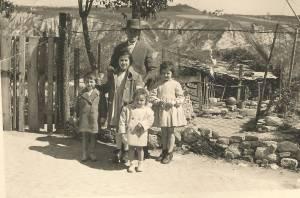 Il nonno Sante con i nipoti, Pier Sante, Antonietta, Maria Antonietta e Maria Ida davanti al suo orto.